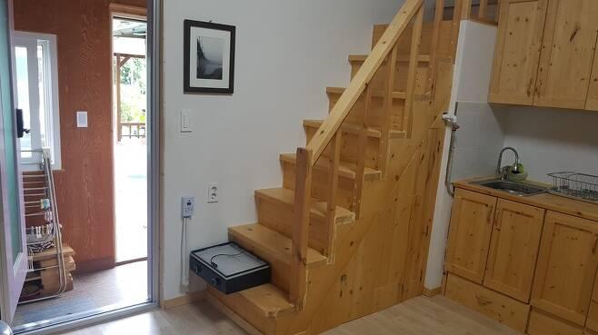 계단부터 주방까지, 집 구석구석 직접 손이 닿지 않은 곳이 없다. 사진 고익봉 제공
