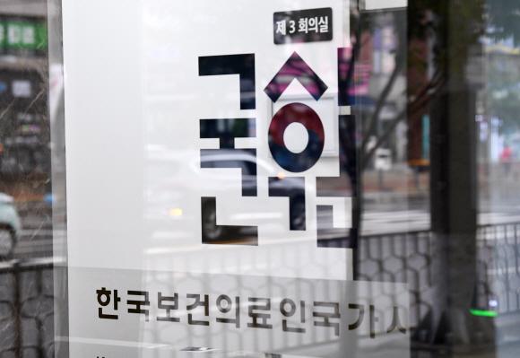 의사고시 예정대로 진행 - 의대생들이 의사 국가고시 시험 응시를 거부하면서 2021년도 제85회 의사 국가고시 실기시험 응시율이 14%에 그쳤지만 정부는 예정대로 8일부터 시험을 시행한다고 밝혔다. 의사 국가고시를 하루 앞둔 7일 서울 광진구 한국보건의료인국가시험원 모습. 오장환 기자 5zzang@seoul.co.kr