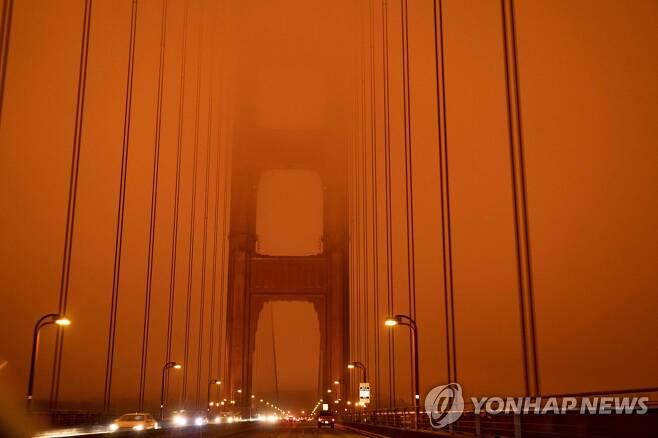 산불 연기로 붉게 뒤덮인 캘리포니아주 샌프란시스코만 다리 [AFP=연합뉴스]