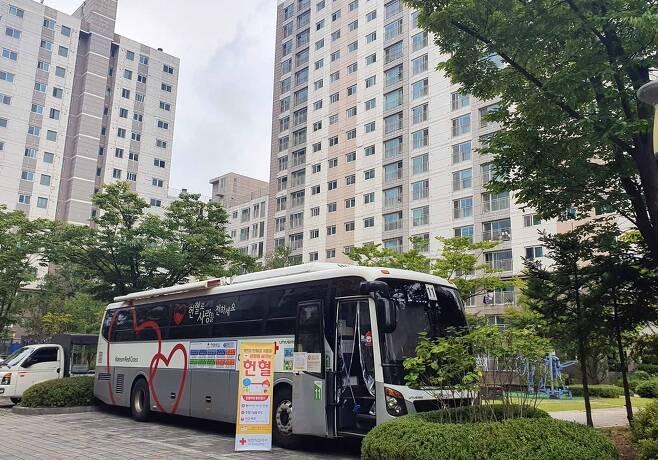 10일 세종시 첫마을 7단지 래미안 아파트를 찾은 헌혈 버스 [대전·세종·충남혈액원 제공. 재판매 및 DB 금지]