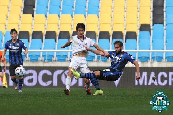 마지막까지 생존 경쟁을 펼칠 수원과 인천. 한국프로축구연맹