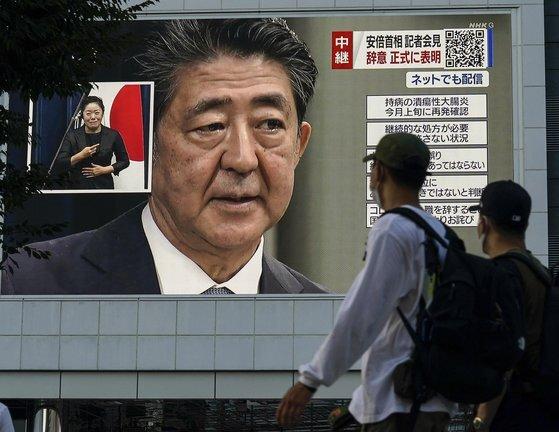 지난달 28일 아베 신조 총리의 총리직 사퇴 발표를 TV로 보는 도쿄 시민들. [EPA=연합뉴스]