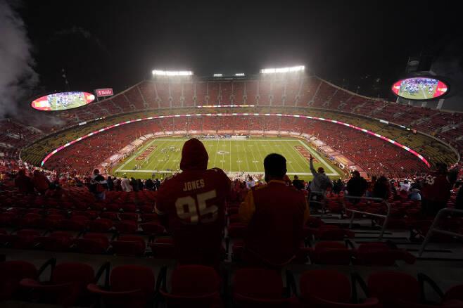 캔자스시티 치프스 팬들이 11일 미국 캔자스시티 애로헤드 스타디움에서 열린 휴스턴 텍슨스와의 2020 NFL 개막전을 지켜보고 있다.    캔자스시티 | AP연합뉴스