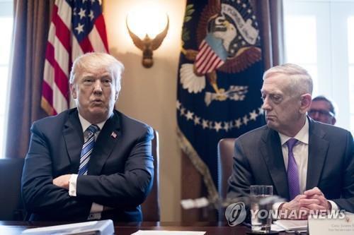 국무회의 주재하는 트럼프 도널드 트럼프 미국 대통령과 제임스 매티스(오른쪽) 국방부 장관 [EPA=연합뉴스 자료사진]