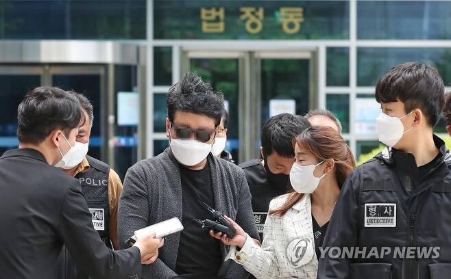 영장실질심사 받는 강북구 경비원 폭행 의혹 주민 [연합뉴스 자료사진]