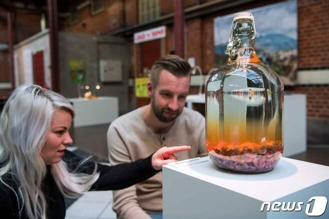 2018년 11월 스웨덴 말뫼의 '역겨운 음식 박물관'에 중국의 '생쥐술'이 전시되어 있다.  © AFP=뉴스1