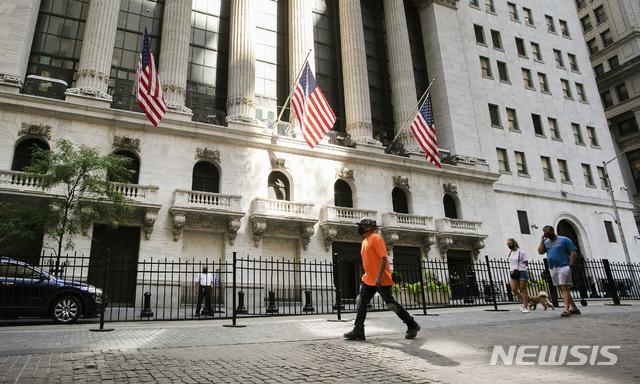 [뉴욕=AP/뉴시스]지난 7월21일 뉴욕증권거래소(NYSE) 앞을 지나가는 사람들의 모습. 2020.09.12.