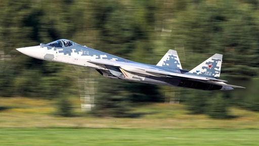 러시아가 개발한 수호이-57 스텔스 전투기가 지상에서 이륙하고 있다. 게티이미지