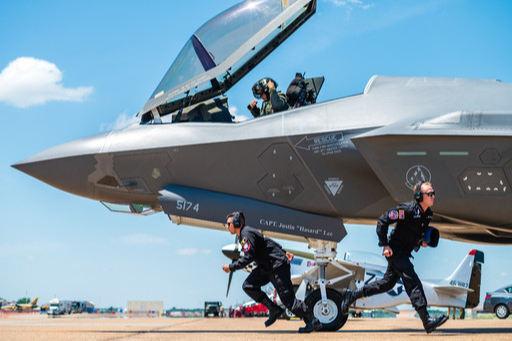 미 공군 지상요원들이 F-35A 스텔스 전투기 이륙 준비를 마치고 현장을 벗어나고 있다. 미 공군 제공