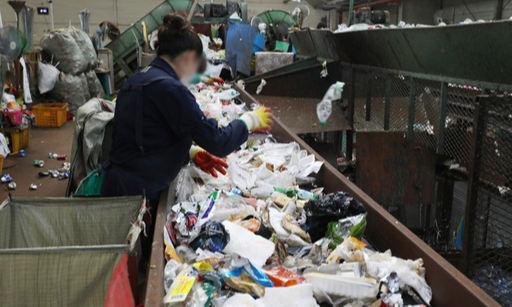 서울 송파구 송파자원순환공원에서 직원들이 재활용품 분류작업을 하고 있다. 뉴스1