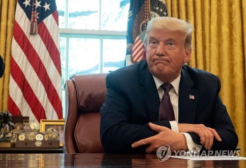 11일(현지시간) 미국 워싱턴의 백악관 집무실에 앉아있는 도널드 트럼프 미국 대통령.[AFP=연합뉴스]
