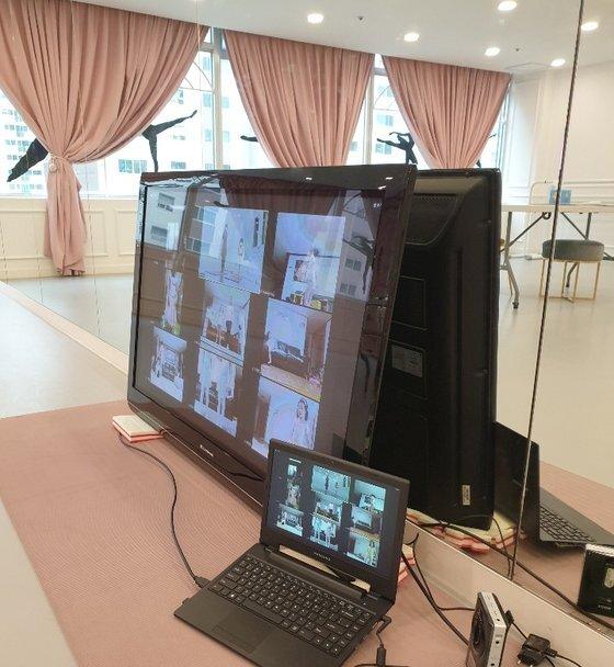 남양주 라끄발레학원은 온라인 수업을 진행하기 위해 대형 티비를 설치했다. [독자 제공]