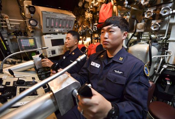 2017년 제주 해군기지에서 공개된 '209급 잠수함' 승조원 근무 모습. 해군 제공