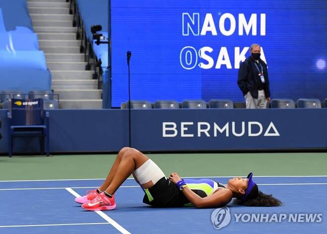 코트에 누워 우승 기쁨을 만끽하는 오사카. [로이터=연합뉴스] Mandatory Credit: Robert Deutsch-USA TODAY Sports