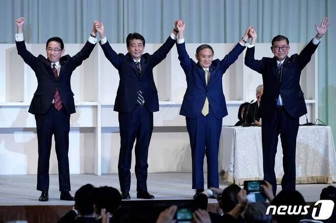 스가 요시히데(왼쪽 세번째) 일본 관방장관이 14일 오후 도쿄 한 호텔에서 열린 집권 자민당 총재 선거에서 경쟁 후보들을 압도적인 표 차로 제치고 총재에 당선됐다.  2020.9.14 © AFP=뉴스1 © News1 송원영 기자