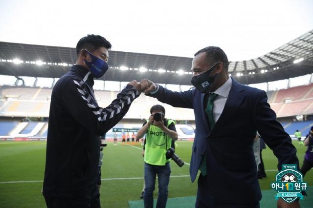 김도훈과 모라이스  사진제공=프로축구연맹