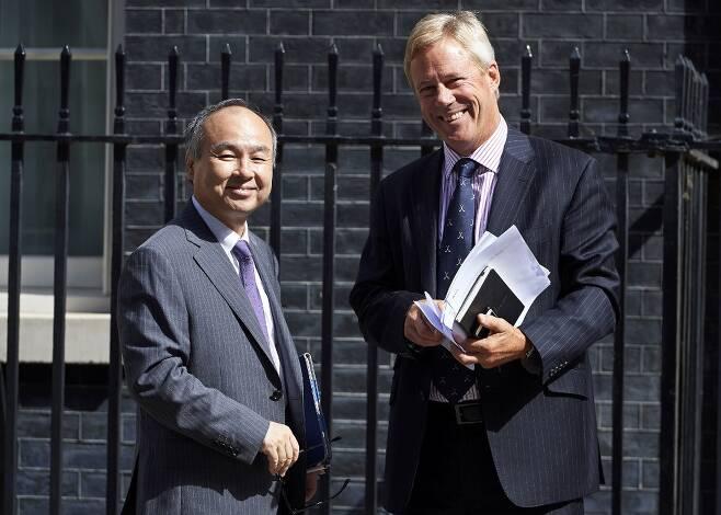 2016년 7월 손정의 소프트뱅크 회장(왼쪽)과 스튜어트 챔버스 ARM홀딩스 대표(오른쪽)과 영국 재무장관 필립 해먼드와 만남을 가진 후 나오는 모습.  /AFPBBNews=뉴스1