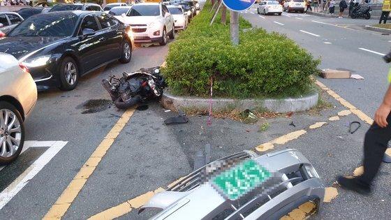 포르쉐와 부딪힌 후 부서진 오토바이 모습. 연합뉴스