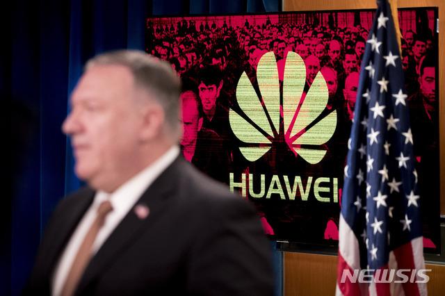 [워싱턴=AP/뉴시스]마이크 폼페이오 미 국무장관이 15일(현지시간) 워싱턴 국무부에서 기자회견하는 옆으로 모니터에 '화웨이' 로고가 보이고 있다. 도널드 트럼프 미국 대통령은 중국의 홍콩보안법 도입을 처벌하기 위해 중국 고위 관리들에 대한 추가 제재를 배제하지 않고 있다고 존 울리엇 백악관 국가안보회의(NSC) 대변인이 이날 밝혔다. 2020.7.16