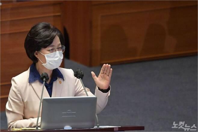 추미애 법무부 장관이 14일 오후 서울 여의도 국회에서 열린 본회의에서 대정부 질의에 답하고 있다. 박종민기자