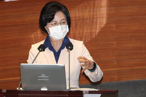 추미애 법무부 장관이 14일 서울 여의도 국회에서 열린 대정부질문에 출석해 아들 관련 의혹에 대해 답변하고 있다. 연합뉴스