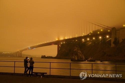 산불 연기로 어둑해진 샌프란시스코의 금문교 주변 [AP=연합뉴스]