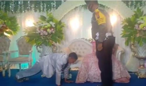 인도네시아 경찰, 결혼식서 마스크 안 쓴 신랑 팔굽혀펴기 시켜 [인스타그램 wartabromo·재판매 및 DB 금지]