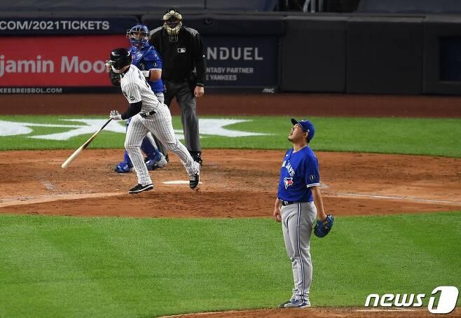 토론토 블루제이스 야마구치 슌이 16일(한국시간) 미국 뉴욕 브롱스 양키스타디움에서 열린 2020 메이저리그 양키스와 원정 경기에 등판해 볼넷을 내준 뒤 아쉬워하고 있다. © AFP=뉴스1