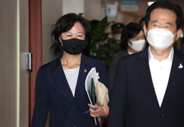 추미애(왼쪽) 법무부 장관이 15일 정부서울청사에서 열린 국무회의에 참석하고 있다. 연합뉴스