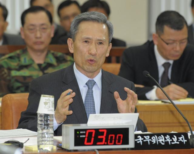 김관진 국방부 장관 후보자가 2010년 12월 3일 국회 인사청문회에서 의원들의 질의에 답변하고 있다. 오.대근 기자