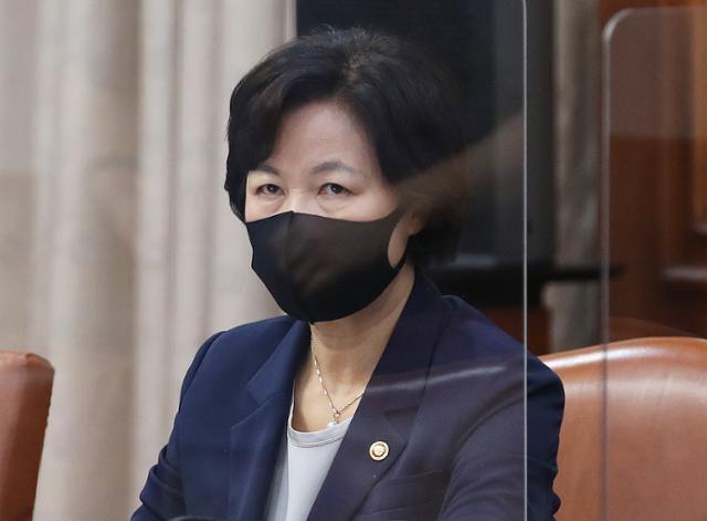 추미애 법무부장관이 15일 서울 종로구 정부서울청사에서 열린 국무회의에 참석하고 있다. 홍인기 기자