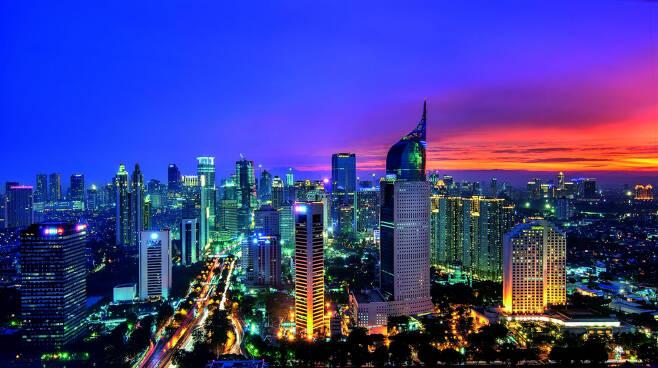 근년들어 한국과의 관계가 좋아지고, 세계인구 4위 국가로서 발전 잠재력이 큰 곳으로 평가되는 인도네시아의 수도 자카르타 야경