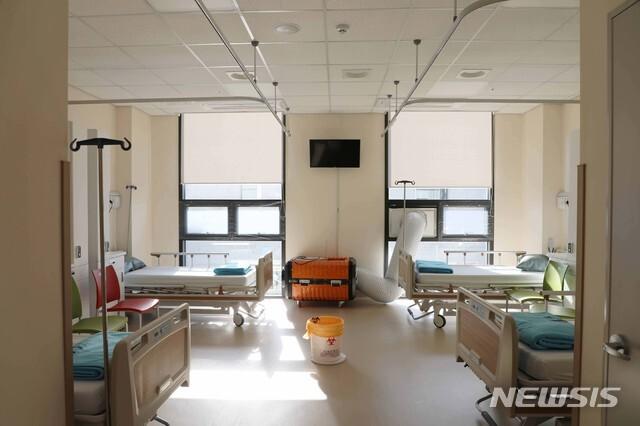 [서울=뉴시스] 국군의무사령부는 이달 9일 국군수도병원 내 신종 코로나바이러스 감염증(코로나19) 중환자 및 일반환자 진료를 위한 감염병 전담치료 병상을 개소한다고 지난 7일 밝혔다. 사진은 국군외상센터 내 감염병 전담치료 병상(4인 병실) 모습. (사진=국방부 제공) 2020.09.07. photo@newsis.com