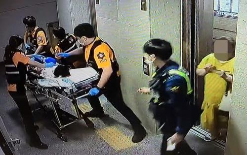 숨진 피해 아동이 병원으로 옮겨지는 모습 [연합뉴스TV 캡처. 재판매 및 DB 금지]