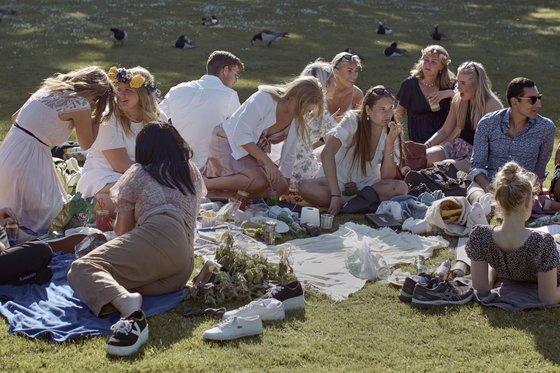 지난 6월 중순 스웨덴 스톡홀름의 한 공원에서 사람들이 여름 축제를 즐기고 있다. 스웨덴은 코로나19 확산 초기 느슨한 방역 지침을 고수했지만, 확진자 수가 늘자 6월 말부터 대규모 모임을 금지하는 등 방역 대책을 강화했다. [AP=연합뉴스]