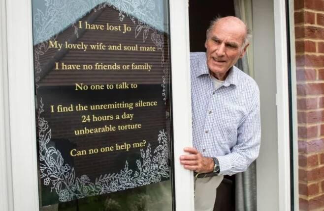 창문에 외로움을 호소하는 문구를 붙여 놓은 토니 윌리엄스(75) 할아버지 [영국 메트로 온라인판 캡처]