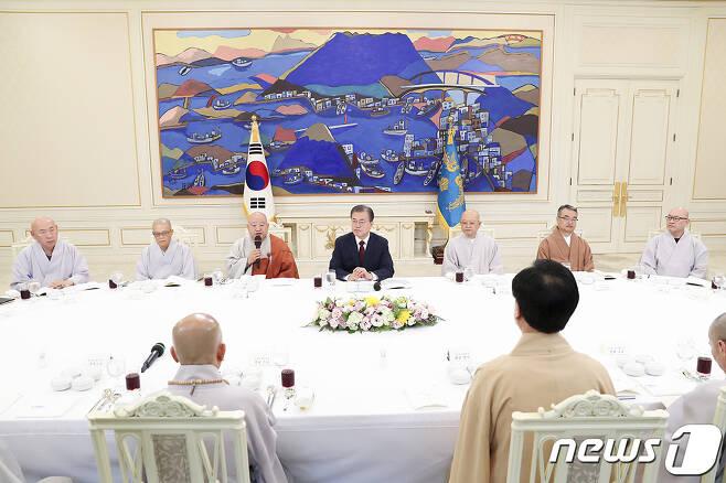문재인 대통령이 지난해 7월26일 청와대에서 '한국 불교 지도자 초청 오찬 간담회'를 하고 있다. (청와대 제공) /뉴스1
