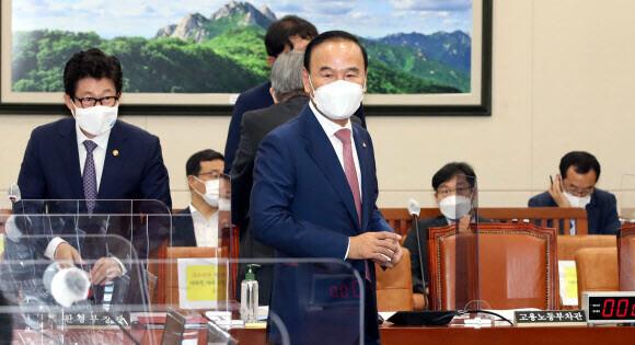 국민의힘 박덕흠 의원이 15일 오전 서울 여의도 국회에서 열린 환경노동위원회 전체회의에 참석하고 있다. 연합뉴스