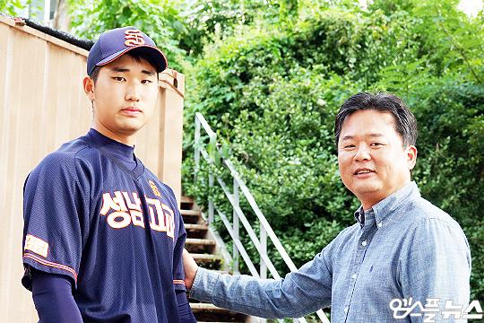 성남고 야구부 박성균 감독(사진 오른쪽부터)과 이준명(사진=엠스플뉴스 이근승 기자)