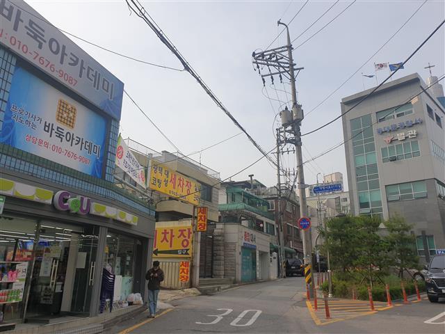 """조씨가 운영하고 있는 바둑학원(왼쪽) 맞은편에 동대문경찰서 별관(오른쪽)이 있다. 조씨는 """"경찰서가 가까워서 안심하고 입주했는데 여기가 (스토킹 피해에서) 안전하지 않다면 어디로 가야 하느냐""""고 토로했다.이종원 선임기자 jongwon@seoul.co.kr"""
