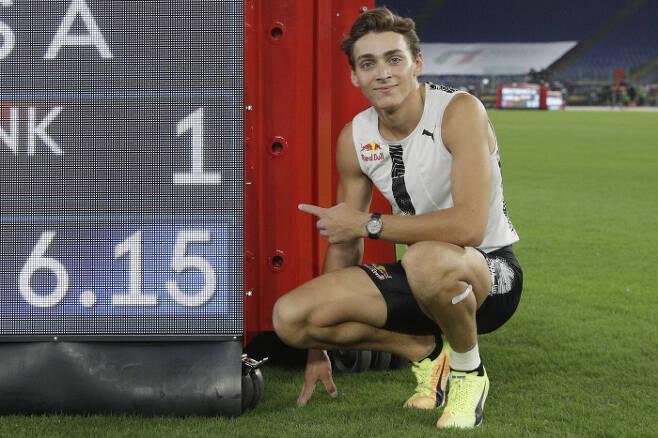 아르망 뒤플랑티스가 18일 이탈리아 로마 올림픽스타디움에서 열린 세계육상연맹 다이아몬드리그 남자 장대높이뛰기 결선에서 세르게이 부브카의 세계신기록을 26년만에 넘어선 뒤 기록을 가리켜보이고 있다.      로마 | AP연합뉴스
