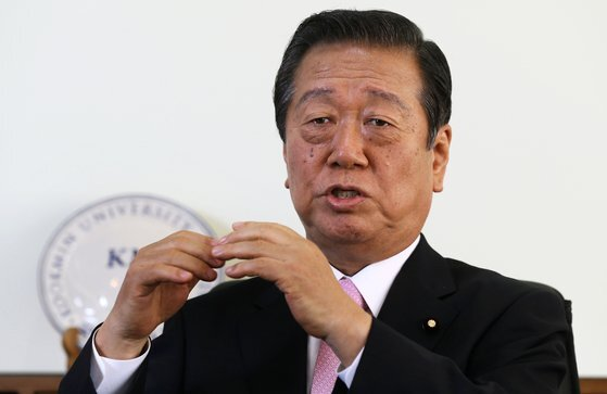 오자와 이치로 중의원 의원은 이번 저팬 라이프 사건에서 아베 정권의 '벚꽃을 보는 모임 초대장'에 피해자들이 속았다는 점을 지적했다. [중앙포토]