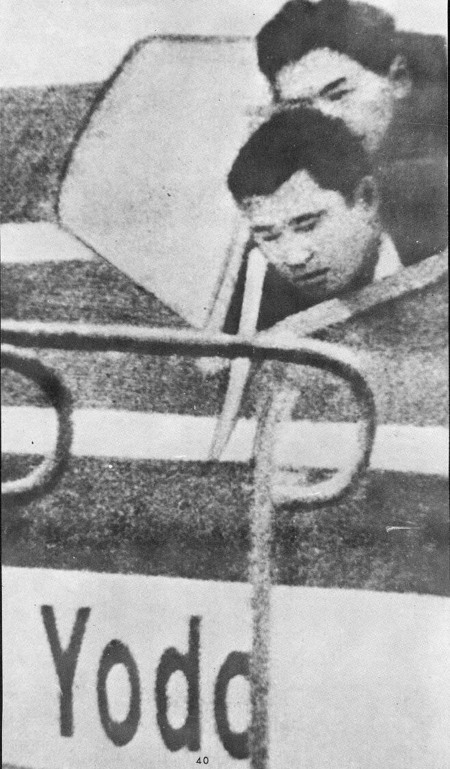 일본 극좌파 테러 조직 적군파 조직원이 조종석 창밖으로 몸을 내밀고 납치한 일본항공 여객기 부기장의 목에 일본도를 들이대며 위협하는 모습. 1970년 4월 3일 자 본지 1면 사진이다. /조선일보DB