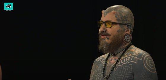 덴마크의 어린이 프로그램 '울트라 스트립스 다운(Ultra Strips Down)'에서 온몸에 문신을 한 자원봉사자가 질문에 답하고 있다. [해당 프로그램 유튜브 화면 캡쳐]