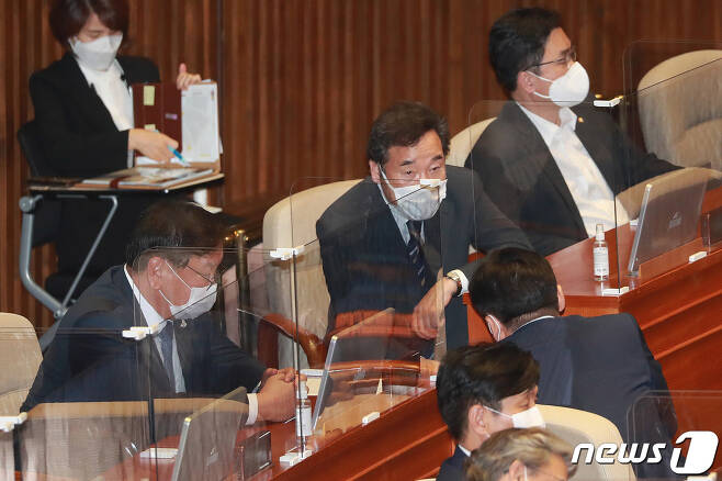 이낙연 더불어민주당 대표가 22일 오후 서울 여의도 국회에서 열린 제382회 국회(정기회) 제8차 본회의에서 의원들과 대화를 나누고 있다. 2020.9.22/뉴스1 © News1 박세연 기자