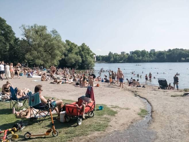 [스톡홀름=신화/뉴시스] 지난달 9일(현지시간) 스웨덴 수도 스톡홀름에 있는 한 호숫가에서 마스크를 쓰지 않은 사람들이 여가 시간을 보내고 있다. 2020.08.10.