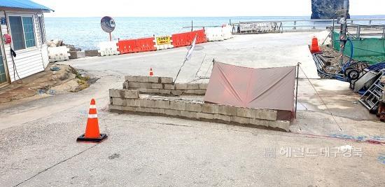 지난 22일 토지 보상문제로 얼울함을 호소하던 땅 소유주가  시멘트벽돌로 쌓아 도로 일부를 폐쇄했지만  이틀만에 자진 철거 하기로 했다(독자 제공)