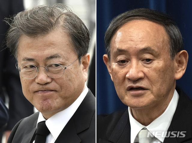 [광주, 일본 도쿄=AP/뉴시스]지난 5월 18일 광주에서 촬영된 문재인 대통령(왼쪽)과 지난 16일 일본 도쿄에서 찍힌 스가 요시히데 총리(오른쪽). 양 정상은 24일 첫 전화 회담을 가지고 한일 협력 중요성에 대해 확인했다. 2020.09.24.