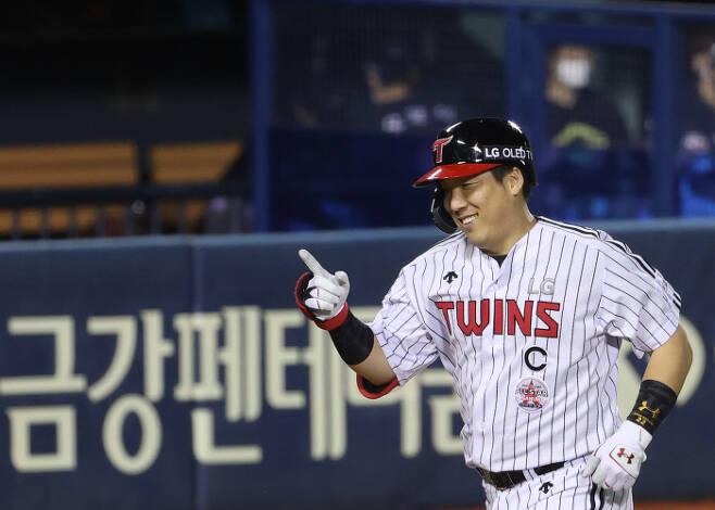 LG 김현수가 지난 17일 잠실 롯데전에서 만루홈런을 친 뒤 홈으로 들어오고 있다. | 연합뉴스