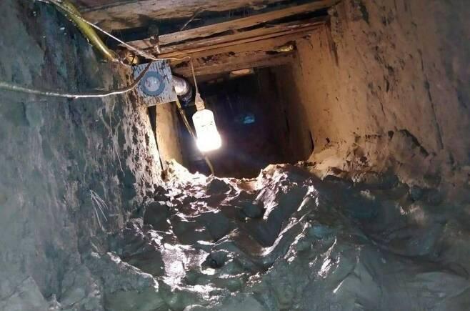 수감자들이 탈옥에 이용한 땅굴의 모습. [현지 언론 '360tv' 화면 캡처. 재배포 및 DB화 금지]
